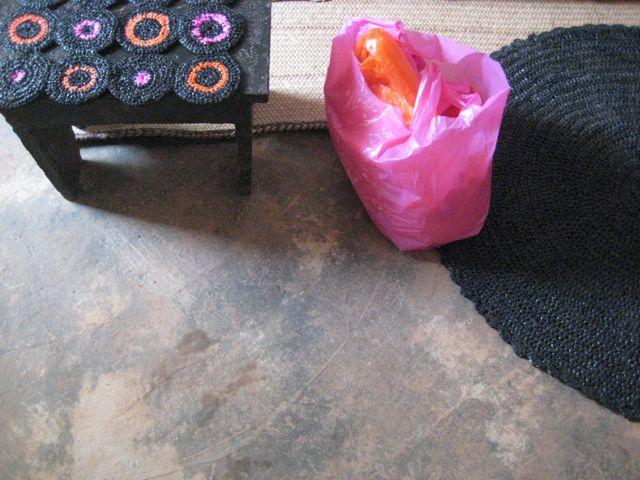 Tapis noir sacs monop