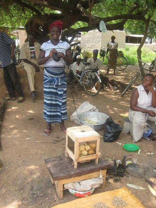 Femme crochetant marché ghana