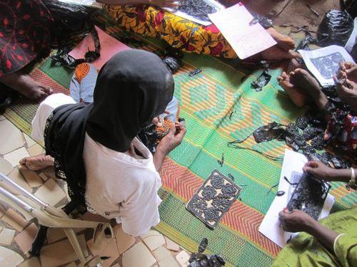 Femmes travaillant le panneau