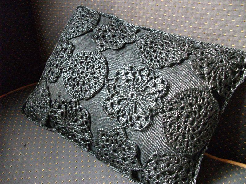 Coussin-fleurs sur canapé. minijpg