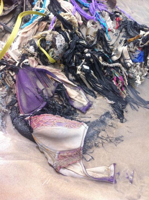 Tas de fripes mélangées plage