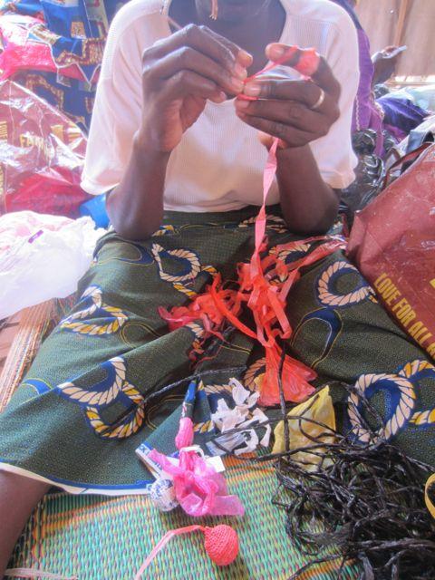Femme crochetant de la couleur