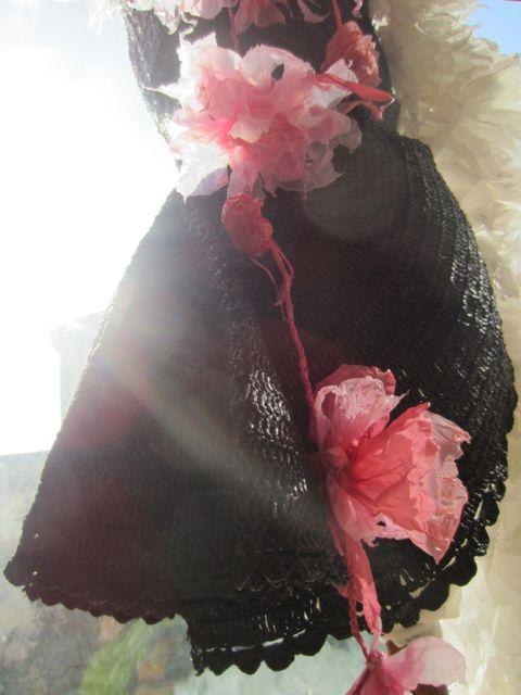 Robe noire fluers roses