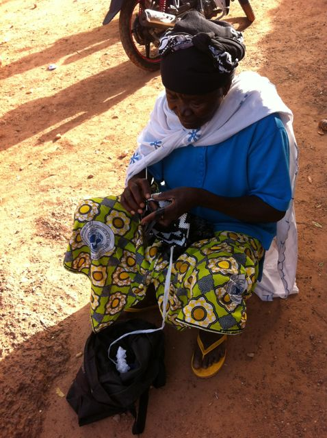 Femme crochetant