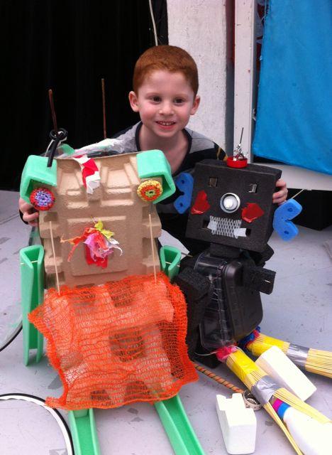 Petit garçon les 2 robots